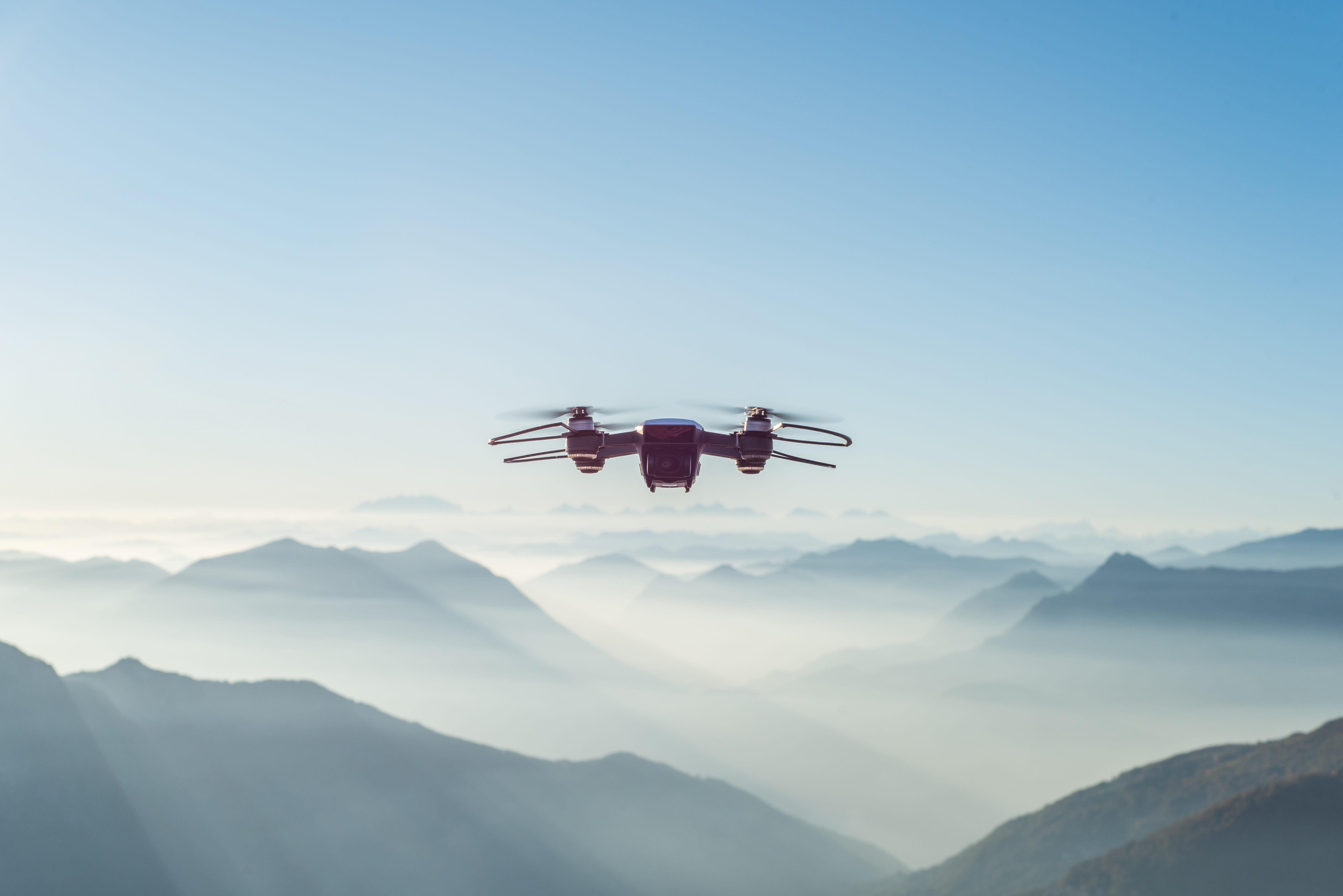 在山景中四個螺旋槳在雲端飛翔