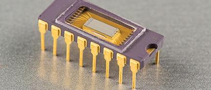1981 年:美光首款 64K DRAM 產品出貨