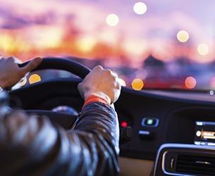 人類駕駛車輛後視圖
